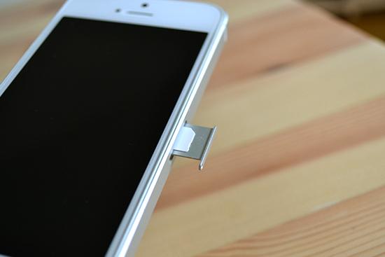 iPhoneにSIMカードをセット