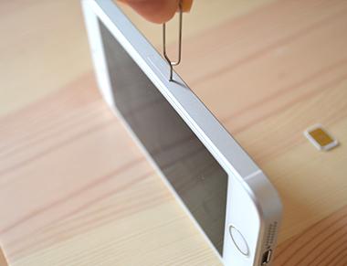 iPhoneとSIMピン