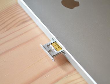SIMカードトレーにイオンモバイルのSIMカードをセット