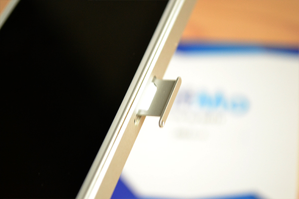 NifMoのSIMカードを乗せて、SIMトレイをiPhoneに挿入する
