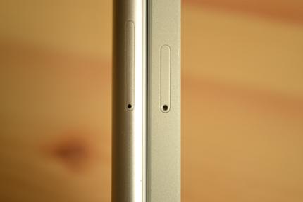 ZenFone 3 MaxとiPhone SEのSIMトレイの穴