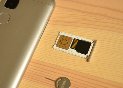ZenFone 3 Max」はmicroSDカードを挿入する際にもSIMピンが必要