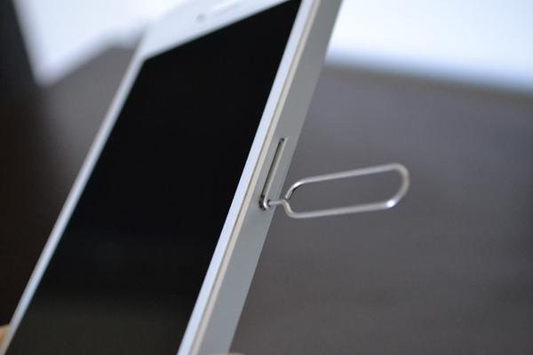 iPhone端末側面にある小さな穴にSIMピンを差し込む